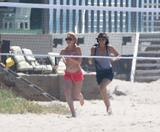 Lindsay Lohan Jogging in Red Bikini on the Beach in Malibu Foto 1056 (Линдси Лохан Бег в Красную бикини на пляже в Малибу Фото 1056)